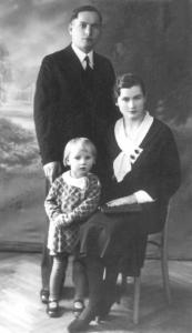 Su tėveliais (apie 1934 m.) Emilija ir Povilu Kopustinskais