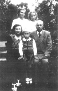 Pirmoje eilėje (iš kairės) mama, brolis Andrius, Tėvelis. Antroje eilėje – dailininkė ir sesuo Dalia (apie 1950 m.)