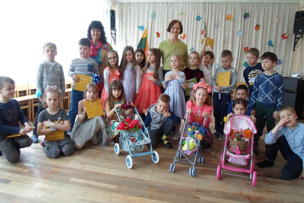 """Vilniaus lopšelyje-darželyje """"Gintarėlis"""" – po vaikų sukurto spektaklio pagal knygą Gėlininkė. 2016 m."""