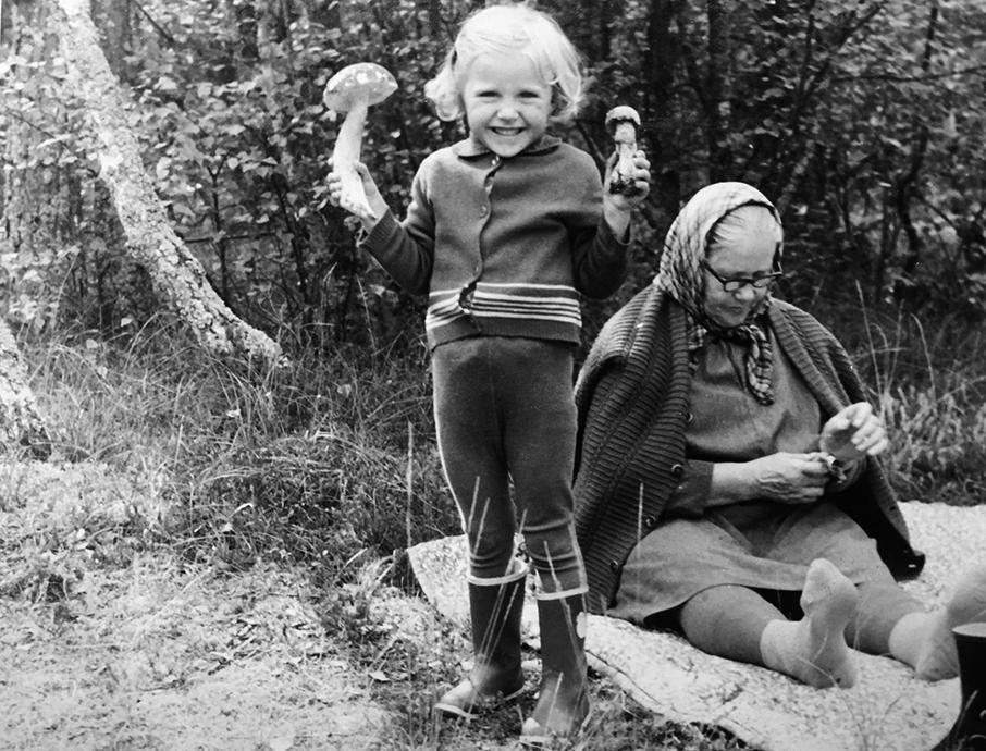 Birutė su Tetulyte grybauja. 1974 m