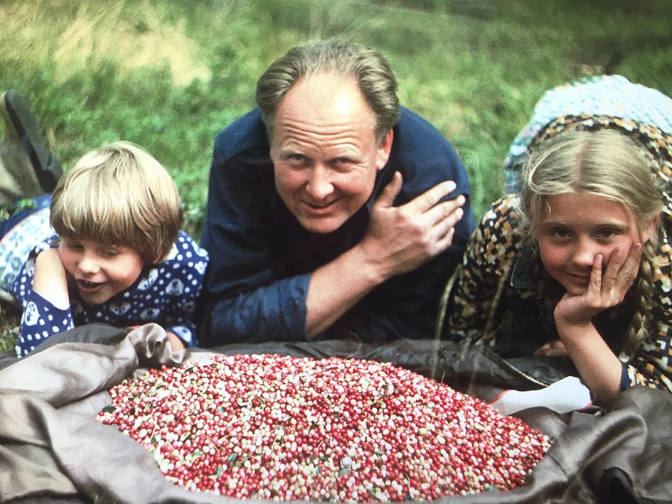 Birutė su tėčiu ir jaunesne sese Egle brukniauja  Labanoro miške. 1978 m.
