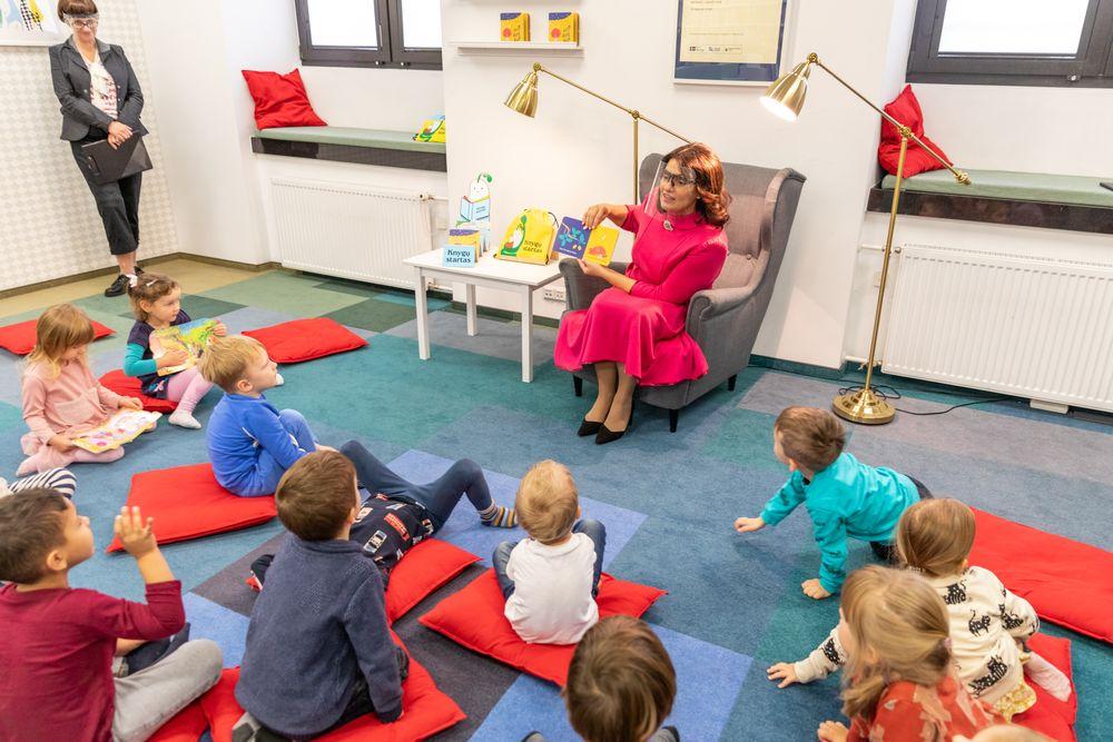 """Nacionalinėje bibliotekoje rengiamuose rytmečio skaitymuose dalyvavo """"Knygų starto"""" globėja Diana Nausėdienė. Nuotr. Vygaudo Juozaičio"""