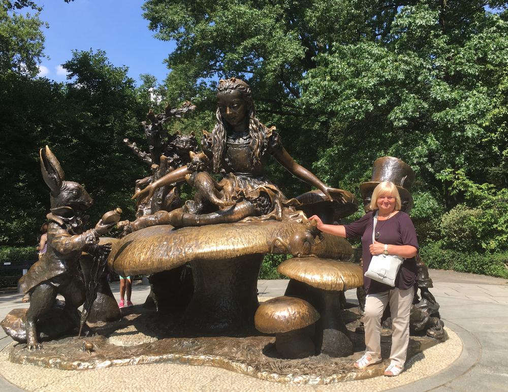 """Niujorko centriniame parke prie skulptūros """"Alisa stebuklų šalyje"""". 2019 m."""