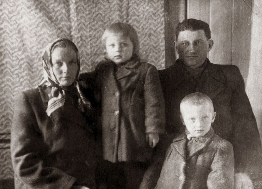 Šeima: Elena, brolis Romualdas, tėvai Monika ir Antanas Mieldažiai. 1953 m.