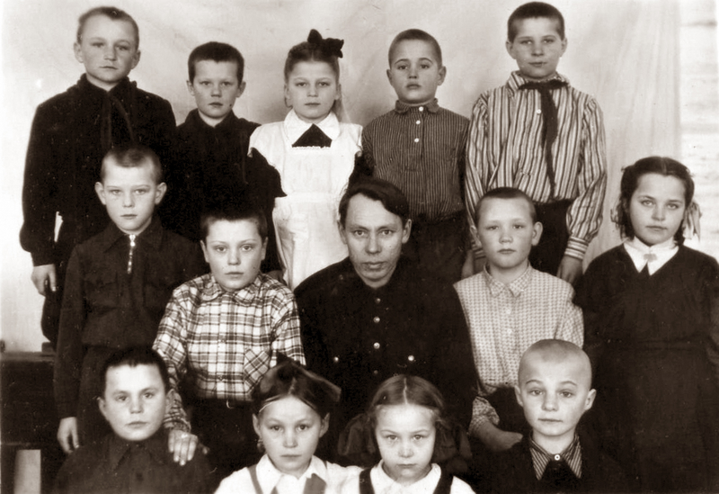 Pirmoje klasėje, Elena trečioje eilėje centre. 1956 m.