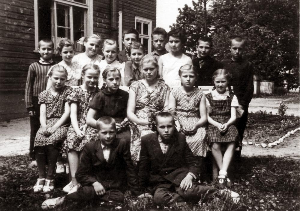 Baigus penktą klasę Plutiškių vidurinėje mokykloje. Elena sėdi antra iš dešinės. Auklėtoja Anelė Dobilienė. 1961 m.