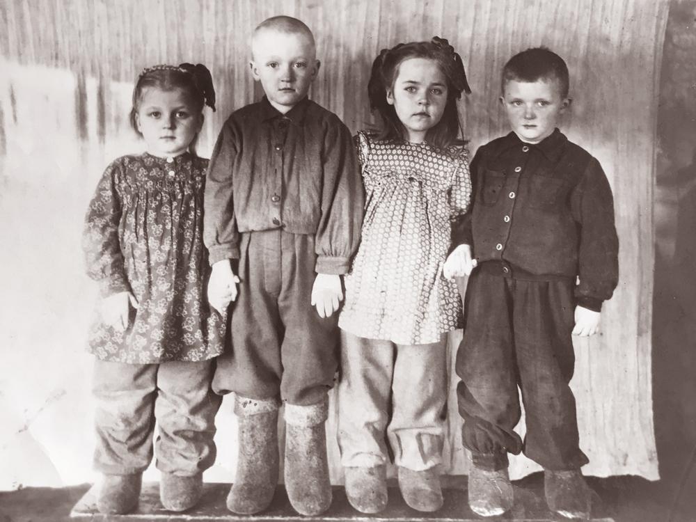 Iš kairės: Elena, brolis Romualdas, draugai Danutė Zuikytė ir Levukas Dobilas. 1954 m.