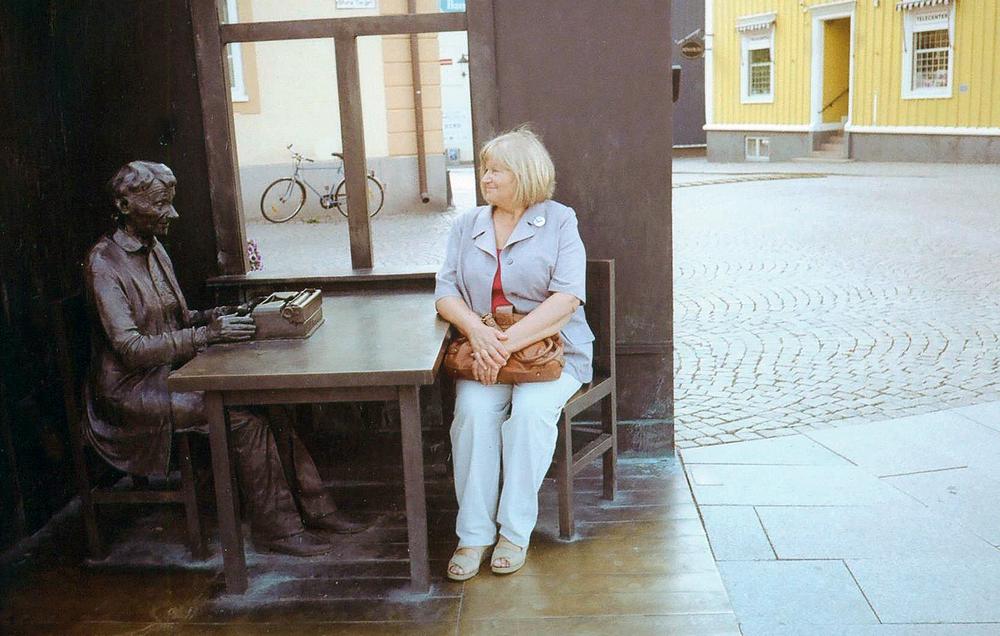 Prie mylimiausios vaikų rašytojos Astridos Lindgren paminklo. Švedija, 2011 m.