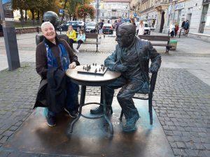 Žaidžiu šachmatais su Witoldu Gombrowicziumi ir, matyt, laimiu. Radomas (Lenkija), 2018 m. (Nuotr. iš asmeninio I. Aleksaitės archyvo)