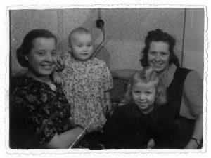 Man vieneri. Iš kairės: mama su manimi ant rankų, mano  ketveriais metais vyresnė sesuo ir mano krikštamotė. 1953 m.