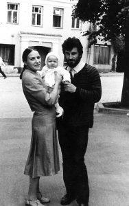 Mūsų dukrai Kazimierai 8 mėnesiai, krikštynų diena. Stovime Šlapelių namo fone. 1983 m.