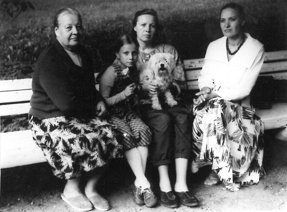 Jaunimo (dabar – Bernardinų) sode. Iš kairės: mama, Kazimiera, sesuo su šuneliu ant kelių ir aš. 1990 m.