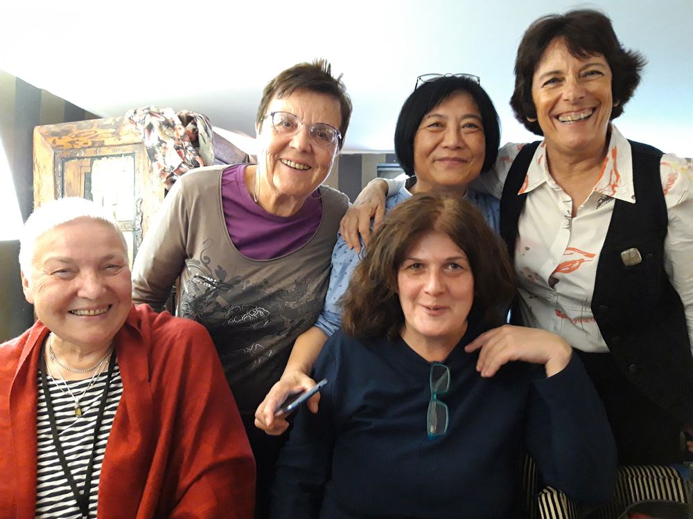 Tarptautinis W. Gombrowicziaus vertėjų kongresas. Šalia manęs sėdi vertėja iš Gruzijos, stovi iš kairės: vertėjos iš Serbijos ir Kinijos, Vanso (kuriame W. Gombrowiczius gyveno ir mirė, Prancūzija) merė. 2019 m.