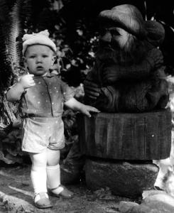 Man vos dveji metai. Sodyboje prie krikšto tėvo  skulpt. Zigmanto Vaišvilos drožinėtos skulptūros.  Šiaulių r., 1992 m. (Visos nuotr. iš asmeninio M. Levickio archyvo)